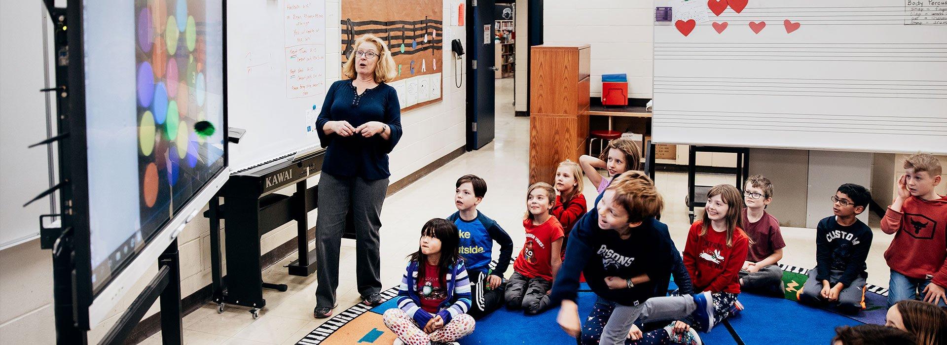 Interaktive-skoleskjermer-klasserom-interaktiv-undervisning