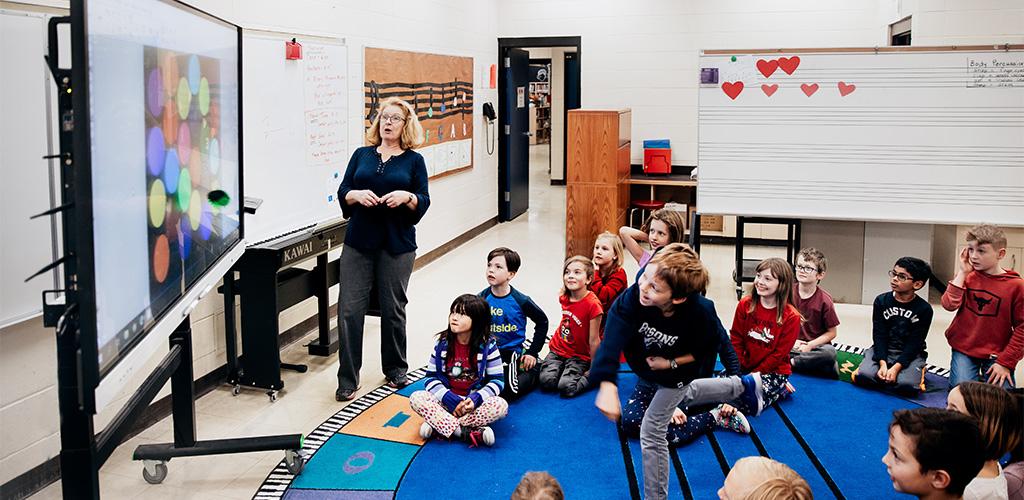 interaktiv-undervisning-smart-board-i-klasserommet